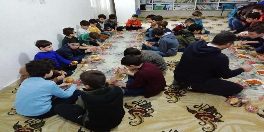 Savaş mağduru 400 yetim çocuğa bot ve mont dağıtıldı
