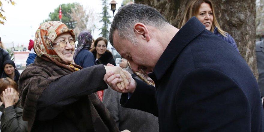 Annesinin elini öptü, hayır duasını ald