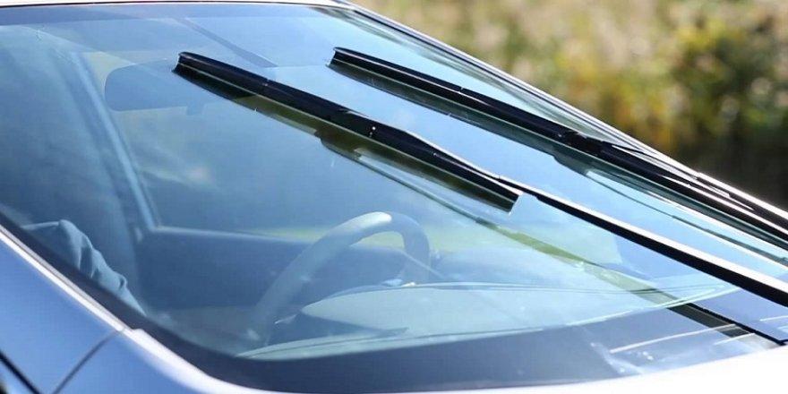 Aracının sileceği bozulan sürücüden ilginç yöntem