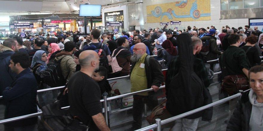 Atatürk Havalimanı'nda yılbaşı öncesi yoğunluk