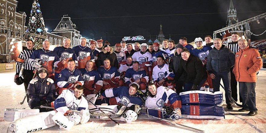 Putin ve Şoygu, Kızıl Meydan'da hokey maçı yaptı