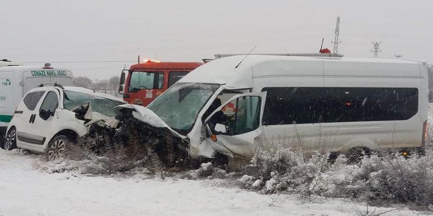 Yolcu minibüsüyle hafif ticari araç çarpıştı