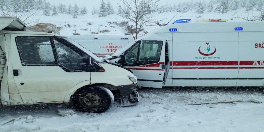 Ambulans ile kamyonet çarpıştı: 4 yaralı