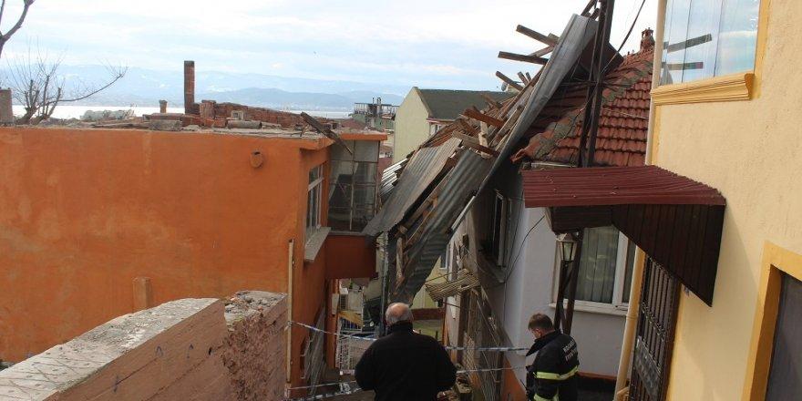 Kocaeli'de rüzgar çatıları uçurdu