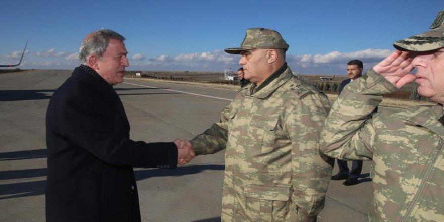 Akar, Suriye sınırındaki birlikleri inceledi