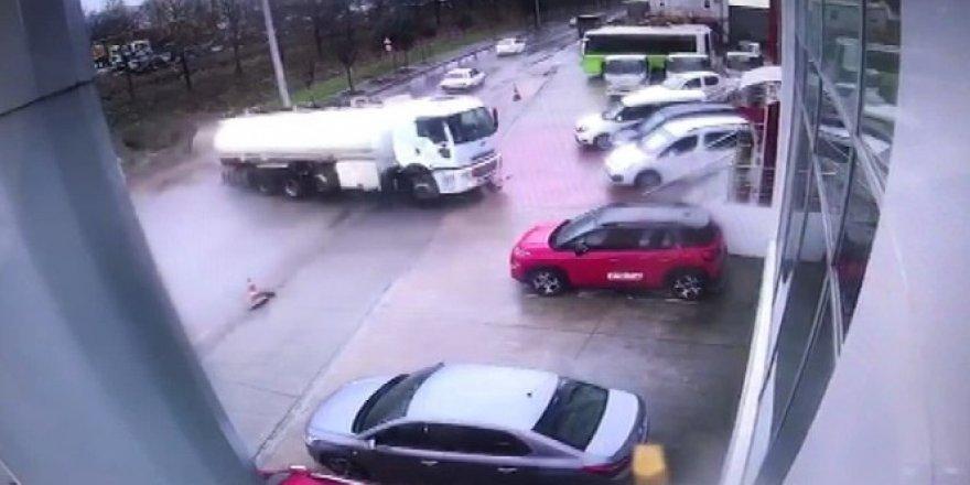 Kontrolden çıkan tanker oto galeri önündeki araçların arasına daldı
