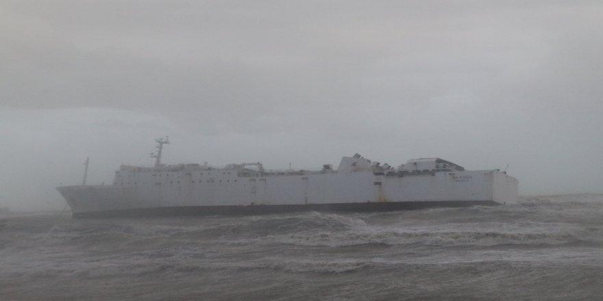 Ticari gemi fırtınadan dolayı karaya oturdu