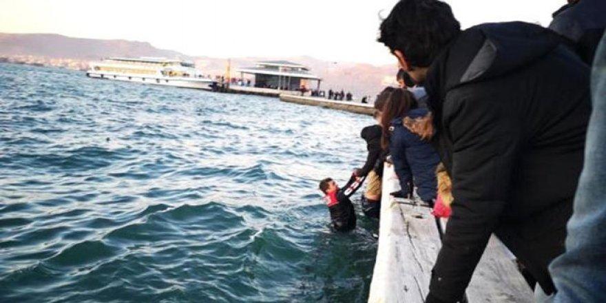 Denize düşen şahsı polis kurtardı