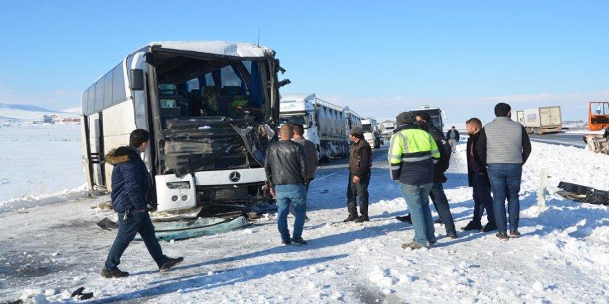 İşçi otobüsü tıra çarptı