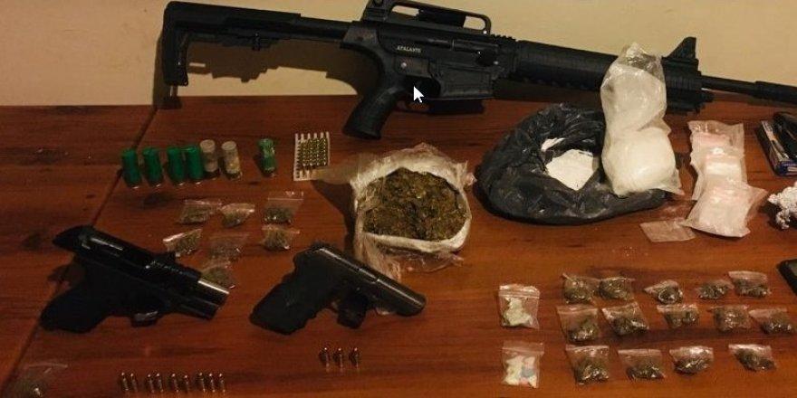 Güvercin kümesinden uyuşturucu ve silahlar çıktı
