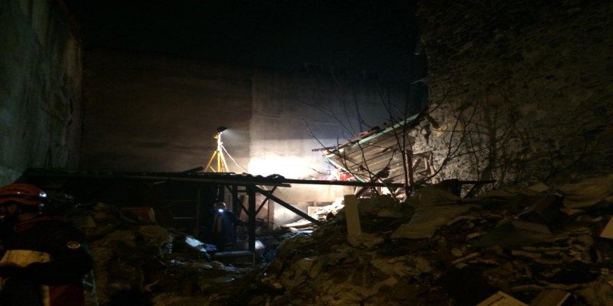 Çöken binada arama kurtarma çalışmaları devam ediyor