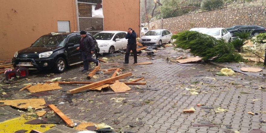 Hortum otoparkta bulunan araçları vurdu
