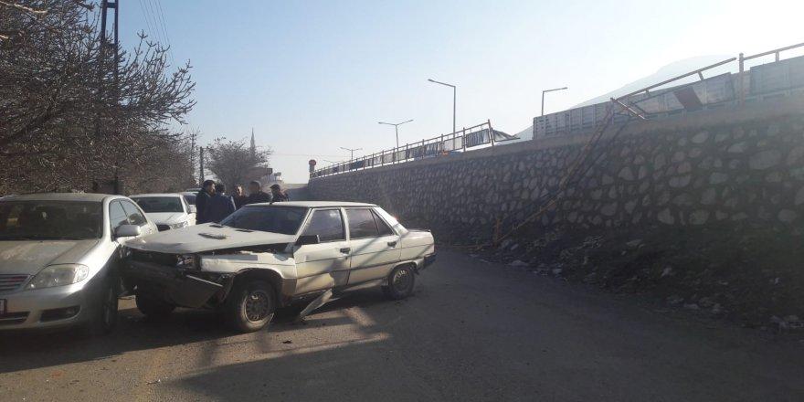3 metrelik üst geçitten uçan otomobilin sürücüsü yaralandı
