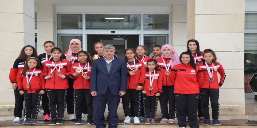 Köyceğiz Belediyespor bayan güreşçilerinden madalya yağmuru