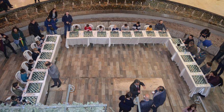 20 kişiye karşı satranç oynadı