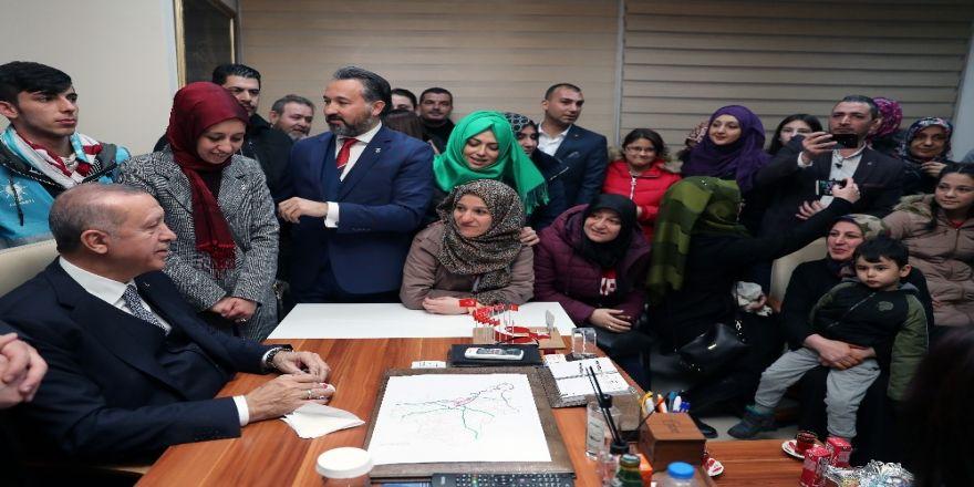 Cumhurbaşkanı Erdoğan partililerle çay içti