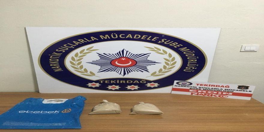 Polisi görünce 1 kilo eroini attılar