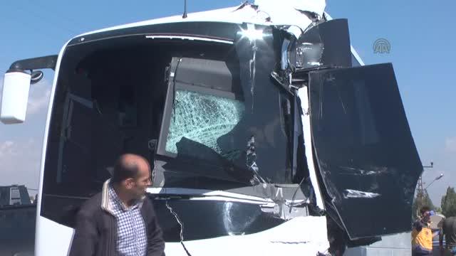 Askeri Araçla Belediye Kamyonu Çarpıştı: 11 Yaralı
