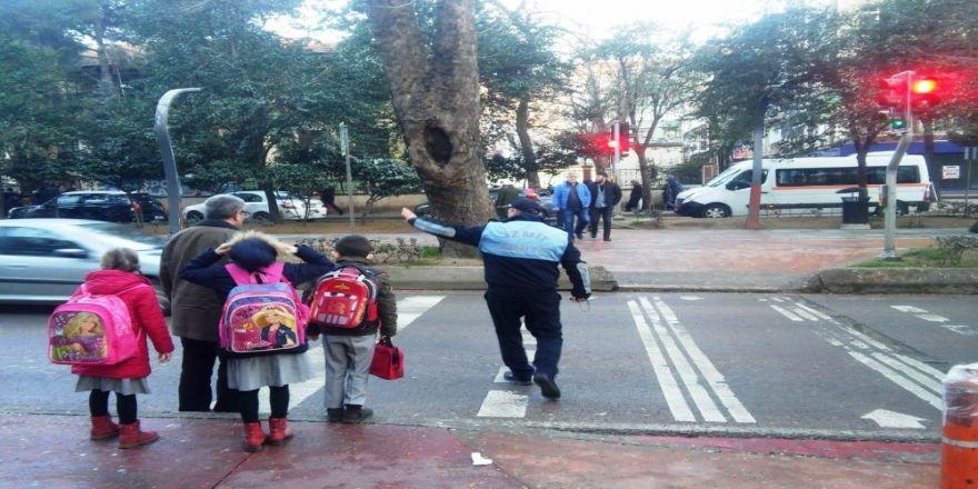 İzmit'te zabıtalar okul çevrelerini boş bırakmıyor