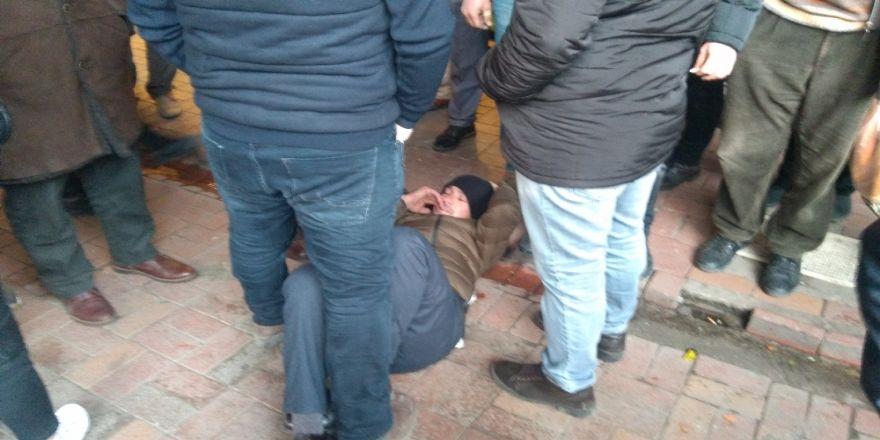 Sokak ortasında eşini darp eden adama linç girişimi