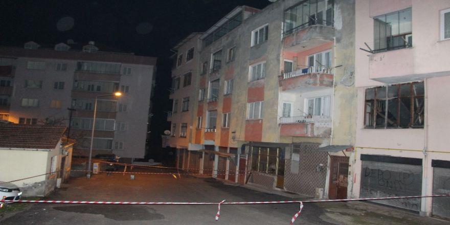4 katlı bina çatlaklar nedeniyle boşaltıldı