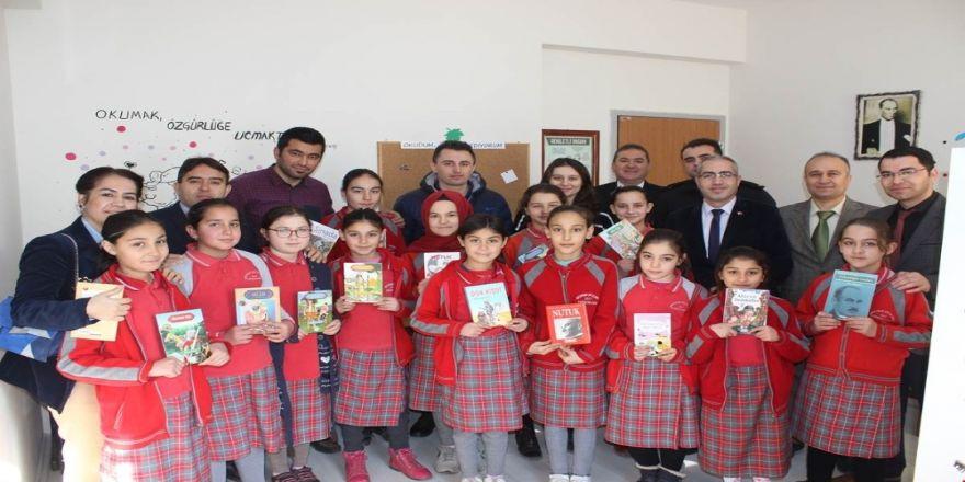 Minik öğrencilerin kütüphane sevinci
