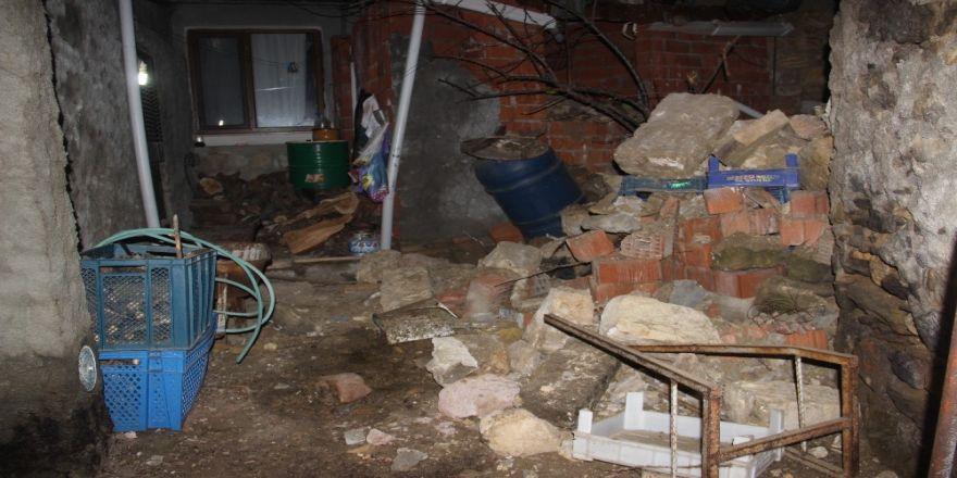Ayvacık'taki depremde hasar gören binalara ekipler müdahale ediyor