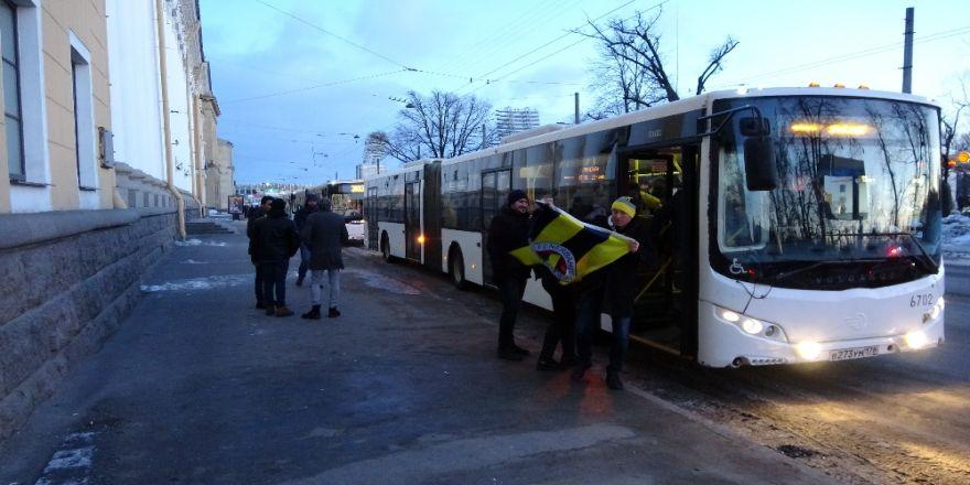 Fenerbahçeli taraftarlar polis eşliğinde stada gitti