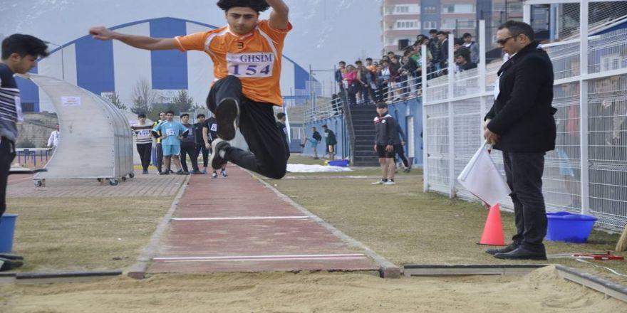Genç atletler okullar arası müsabakalarda piste çıktı