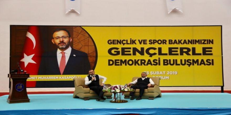 """Bakan Kasapoğlu: """"Türkiye'de demokrasi ve çoğulculuk batıdan daha ileride"""""""