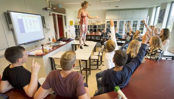 Öğretmen soyundu derse ilgi patladı!
