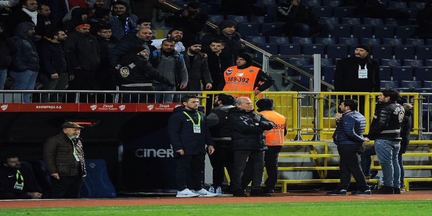 Kasımpaşalı Taraftarlar Mustafa Denizli'yi İstifaya Davet Etti