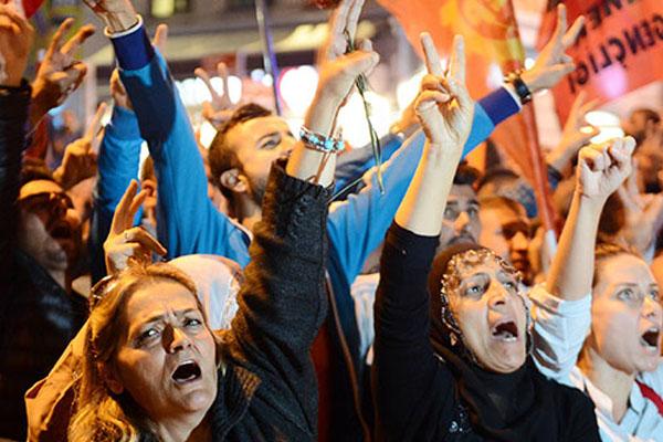 Taksim'de Ankara Saldırısı Protesto Edildi