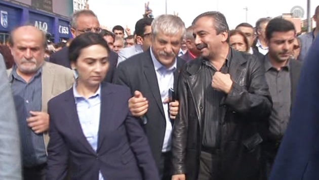 Dün Polis Tartaklayan Sırrı Süreyya Önder'in yüzü gülüyor
