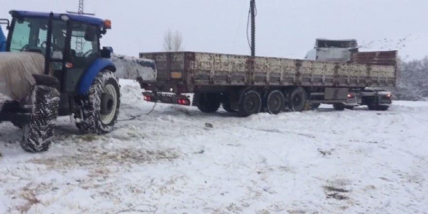 Karda İlerleyemeyen Tırların İmdadına Traktörler Yetişiyor