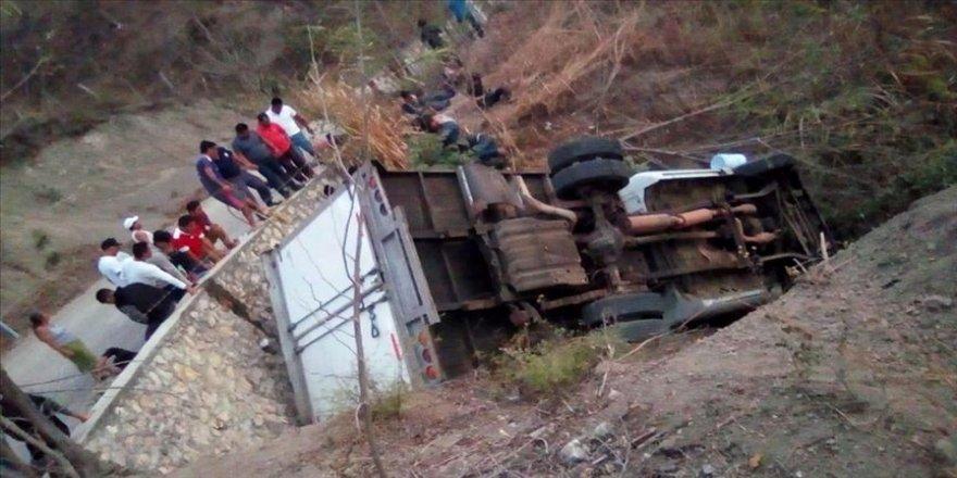 Göçmenleri taşıyan kamyon devrildi