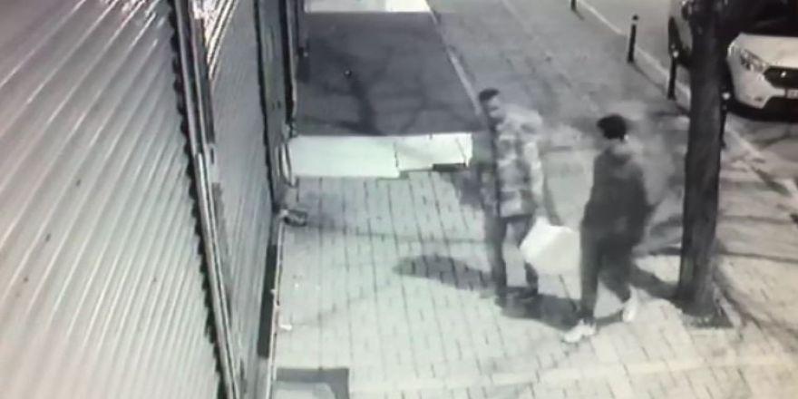 Sokak Hayvanlarının Mama Kabını Çalan Hırsızlar Kamerada