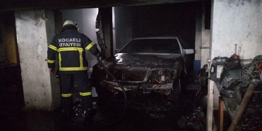 Tamir Sırasında Tutuşan Otomobil Tamirhane Ve Üstündeki Evi Yaktı