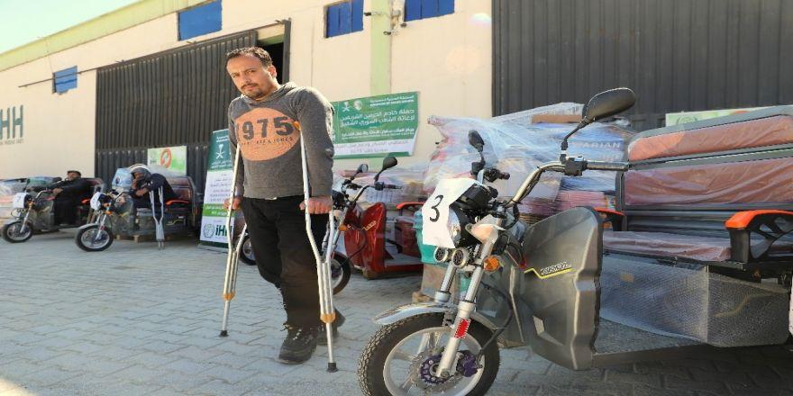 """Suriyeli Engellilere """"Tuk Tuk"""" Dağıtımı"""