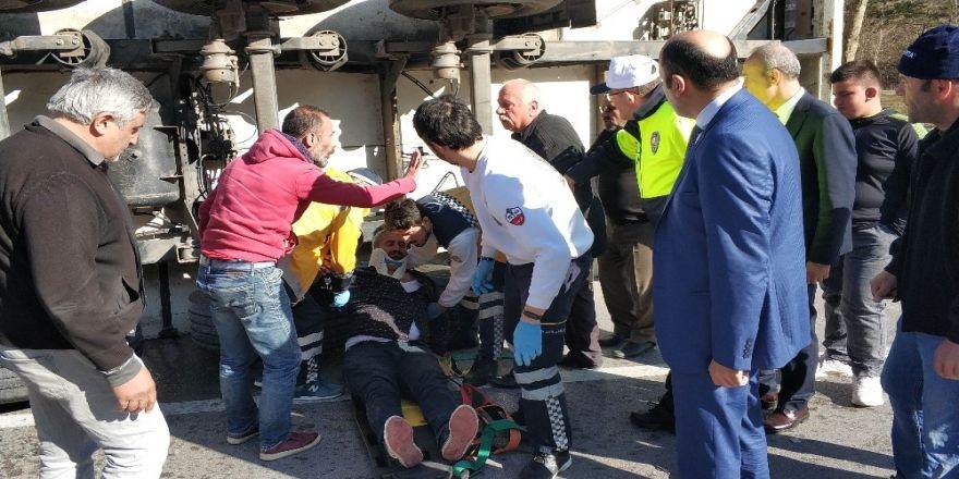 Samsun'da Ayva Yüklü Tır Devrildi: 1 Yaralı