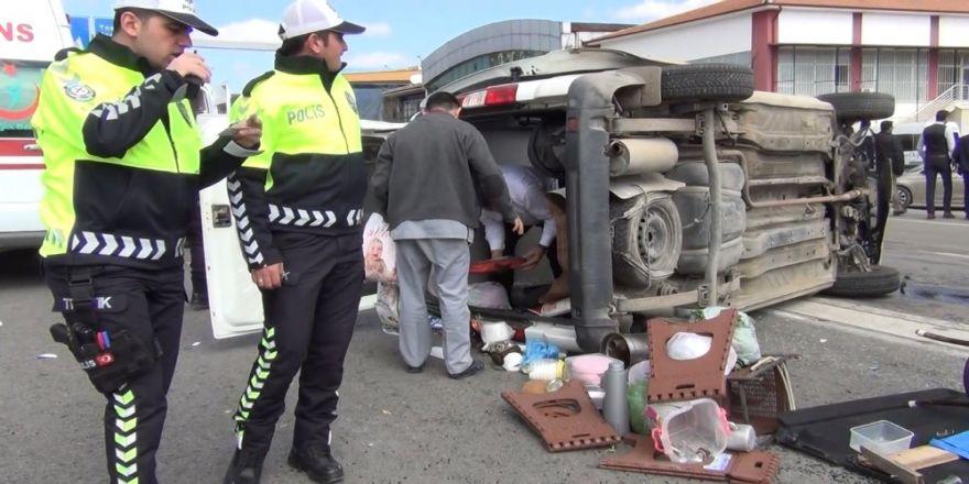 Ters Yöne Dönen Otomobil İle Hafif Ticari Araç Çarpıştı: 6 Yaralı