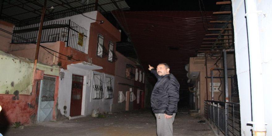 İzmir'de Fırtına Etkili Oldu, Çatıları Uçurdu