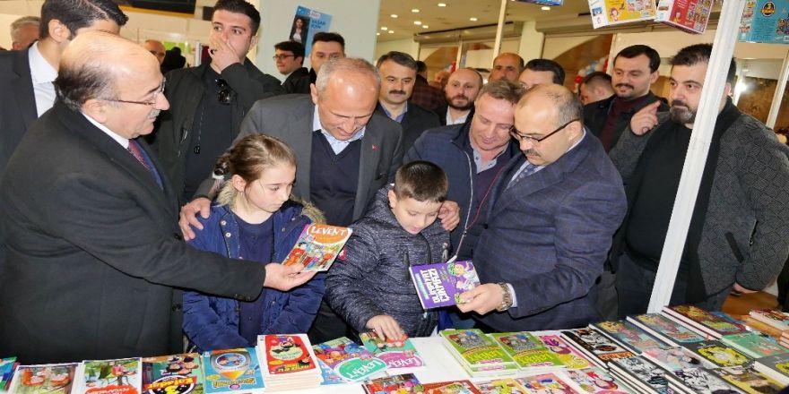 Bakan Turhan, Kitap Fuarı'nı Gezdi