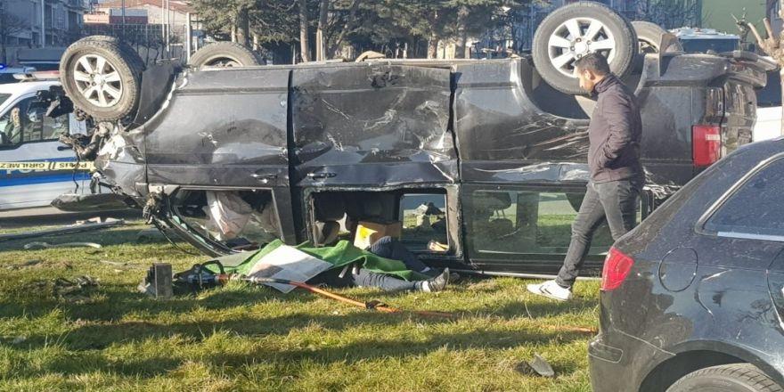 Isparta'da Otomobil İle Çarpışan Minibüs Kavşakta Ters Döndü: 1 Ölü, 7 Yaralı