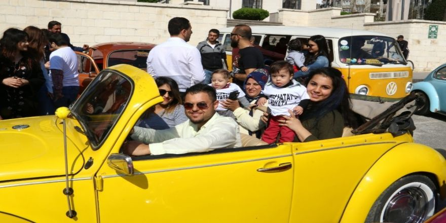Down Sendromlu Çocuklar Klasik Otomobillerle Şehir Turu Attı