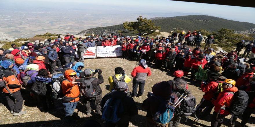 300 Dağcı İsmet Ülkeli'yi Spil Dağı'na Tırmanarak Andı