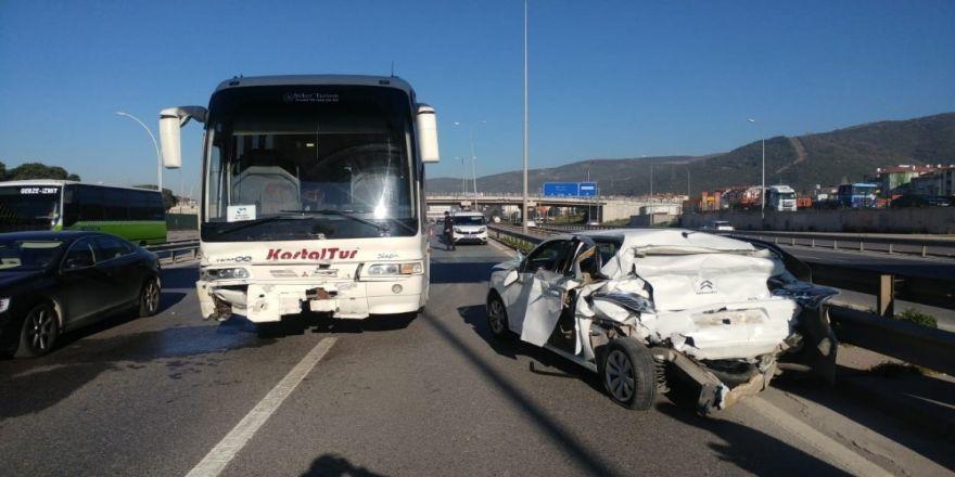 Otobüsün Çarptığı Otomobil Hurdaya Döndü: 2 Yaralı