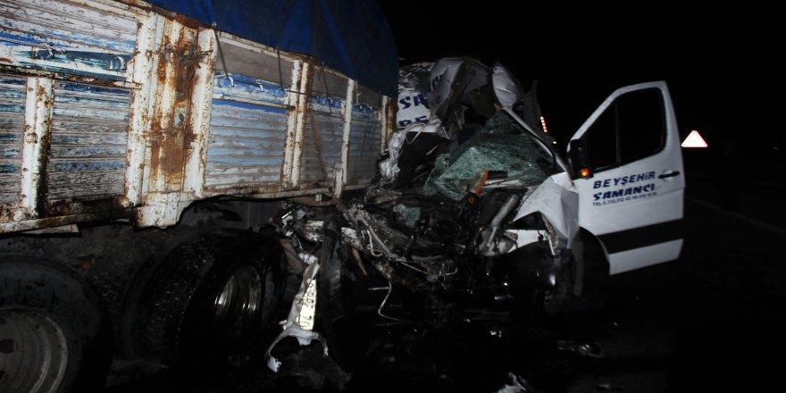 Yolcu minibüsü kamyona çarptı: 2 ölü, 10'dan fazla yaralı