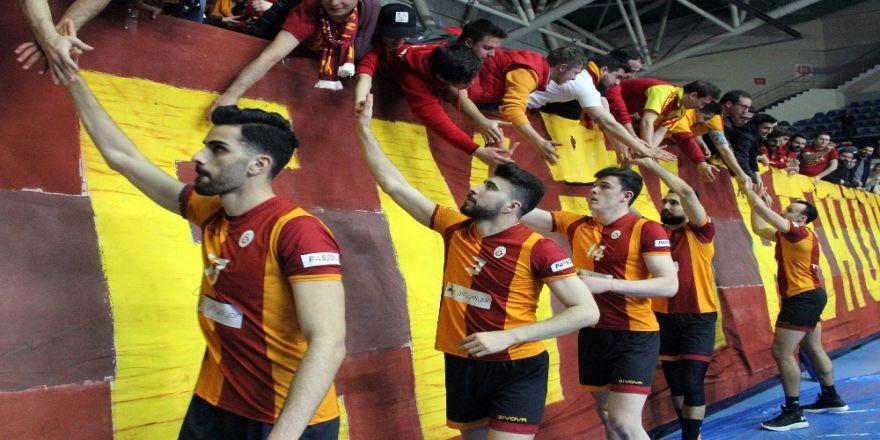 Galatasaray Erkek Voleybol Takımı'na Madalyalarını Mustafa Cengiz Verdi