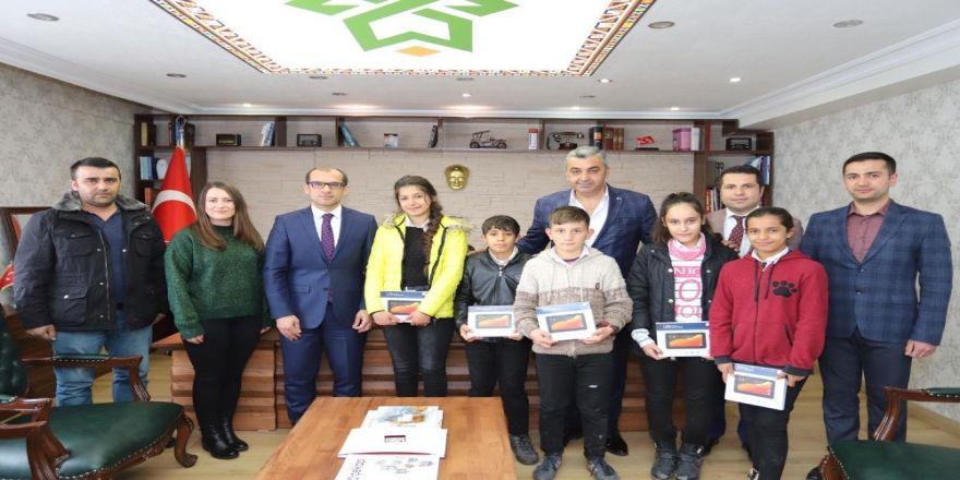 Mhp'li Özbek'ten Başaralı Öğrencilere Tablet